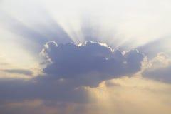 Sonnenuntergangsonnenaufgang mit Wolken, hellen Strahlen und anderem atmosphärischem Effekt, selektiver Weißabgleich Lizenzfreie Stockbilder