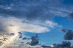 Sonnenuntergangsonnenaufgangwolken auf Himmel Lizenzfreie Stockfotos