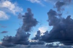 Sonnenuntergangsonnenaufgangwolken auf Himmel Lizenzfreie Stockfotografie