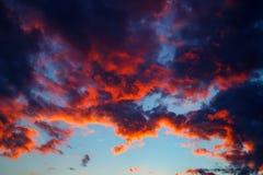 Sonnenuntergangsonnenaufgangwolken auf Himmel Stockbilder
