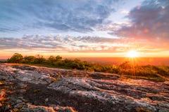 Sonnenuntergangsonnendurchbruch auf dem Berg Lizenzfreie Stockfotografie