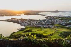 Sonnenuntergangstadtansicht von Ilchulbong-Spitze zu Seongsan, Jeju-Insel, Südkorea lizenzfreie stockfotografie
