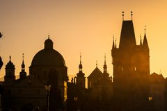 Sonnenuntergangstadtbild auf Charles Bridge Stockfotos