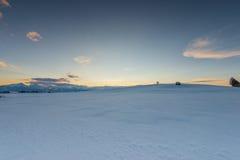 Sonnenuntergangstimmung an der Schneewiese Lizenzfreie Stockbilder