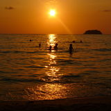 Sonnenuntergangstrand-Stadtschattenbild Lizenzfreies Stockfoto