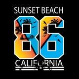 Sonnenuntergangstrandkalifornien-Typografiet-shirt stock abbildung