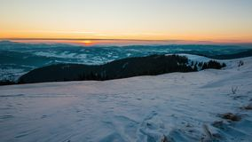 SonnenuntergangsZeitspanne im Winterberg stock video footage