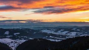 SonnenuntergangsZeitspanne im Winterberg stock video footage