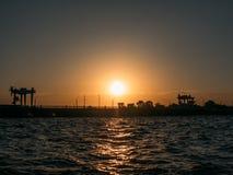 Sonnenuntergangszene am tropischen Strand mit Pierschattenbild in der goldenen Stunde lizenzfreie stockfotos