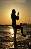 Sonnenuntergangtai-Chi auf einem Strand Stockbilder