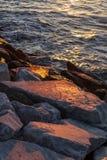 Sonnenuntergangufer lizenzfreie stockbilder