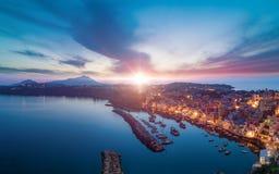 Sonnenuntergangvogelperspektive von Marina Corricella in Procida-Insel, Italien lizenzfreies stockbild