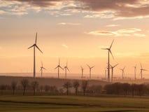 Sonnenuntergangwindkraftanlagen Lizenzfreie Stockbilder