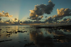 Sonnenuntergangwolken über Tropeninsel Lizenzfreie Stockfotografie
