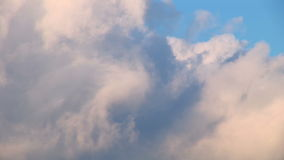 Sonnenuntergangwolken, die vorbei überschreiten stock footage