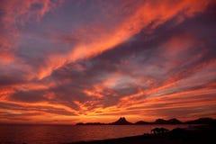 Sonnenuntergangwolken am Ufer Stockfoto