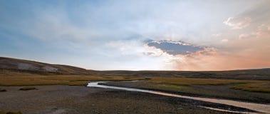 Sonnenuntergangwolkensonne strahlt an Elche Anter-Nebenfluss in Hayden Valley in Yellowstone Nationalpark in Wyoming aus Lizenzfreies Stockbild