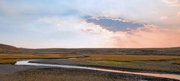 Sonnenuntergangwolkensonne strahlt an Elche Anter-Nebenfluss in Hayden Valley in Yellowstone Nationalpark in Wyoming aus Stockfotos