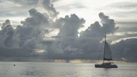 Sonnenuntergangzeit an Strand Anse Lazio, Praslin, Seychellen stock video footage
