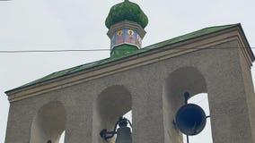 Sonnerie de trois cloches d'église banque de vidéos
