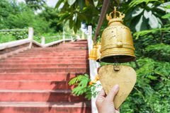 Sonnez la cloche d'or de temple Photographie stock