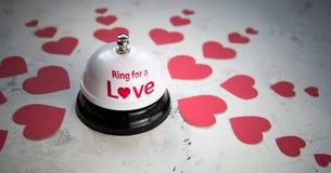 Sonnez la cloche pour un amour et beaucoup de coeurs sur un fond en bois Photographie stock