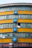 Sonnez le stationnement sur le plancher quatre abandonné à Milan photo stock