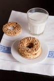 Sonnez les biscuits sablés avec les écrous et le verre de lait ou de yaourt Photos stock