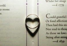 Sonnez les formes d'ombre un coeur dans un livre Photographie stock