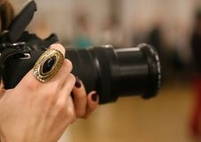 Sonnez sur la main d'un photographe féminin photographie stock libre de droits