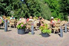 Sonnige Caféterrassenleute, Naarden, die Niederlande Stockbild