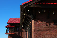 Sonnige Dachunterseite traditionellen Nepal-Hauses Stockbild