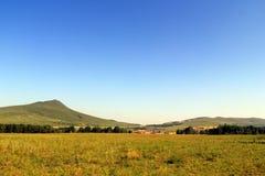 Sonnige Hügel, Wälder und Wiesen Stockbilder