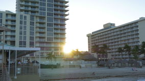 Sonnige Inseln Miamis Hollywood setzen Sonnenuntergangpierpanorama 4k Florida USA auf den Strand stock video footage