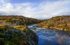 Sonnige Landschaft des schönen Herbstes mit einem Fluss zwischen Felsen Stockfoto