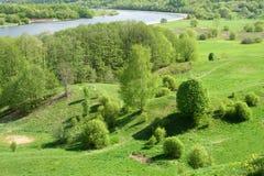 Sonnige Landschaft mit einem Fluss. Lizenzfreie Stockfotos