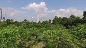 Sonnige Morgenvogelperspektive des grünen Stadtpanoramas stock video