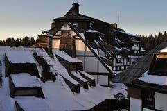 Sonnige Spitzen unter touristischem Komplex des Schnees Stockbild