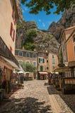 Sonnige Straße mit Shops und Restaurants in Moustiers-Sainte-Marie stockfoto