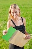 Sonnige Wiese der jungen Geschäftsfrau des Überraschungsumschlags Stockfoto