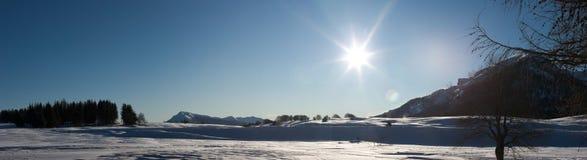 Sonnige Wintergebirgslandschaft Stockbild