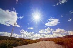 sonniger blauer Himmel auf einem Windmühlenfeld in Spanien Stockfotos