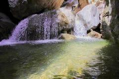 Sonniger Gebirgswasserfall Lizenzfreie Stockfotos