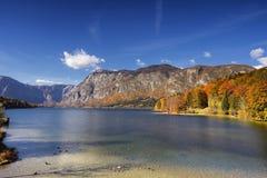 Sonniger Herbsttag auf See Bohinj, Slowenien Lizenzfreies Stockbild