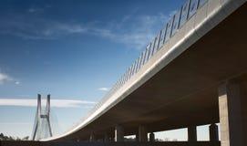 Sonniger Himmel über der Brücke stockfotos