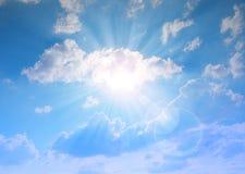 Sonniger Himmel mit Wolken Stockfotos