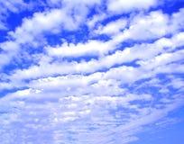 Sonniger Himmelhintergrund lizenzfreies stockfoto