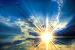 Sonniger Himmelhintergrund Stockfoto