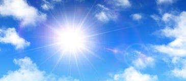 Sonniger Hintergrund, blauer Himmel mit weißen Wolken und Sonne Stockfotos