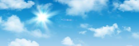 Sonniger Hintergrund, blauer Himmel mit weißen Wolken und Sonne lizenzfreie abbildung